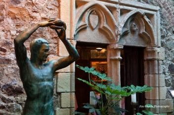 Statue of John Hammond